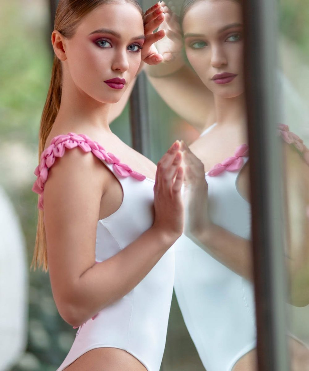 Kinda 3D Swimwear In Bloom white pink onepiece swimsuit bikini costume intero bianco rosa bikini rosa bianco luxury swimwear modella bionda ragazza piscina